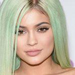 Mint green hair Kylie Jenner: capelli verdi tendenze 2017