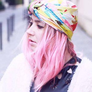Turbante colorato in testa