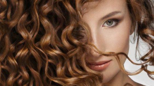 Come arricciare i capelli con phon e prodotti styling