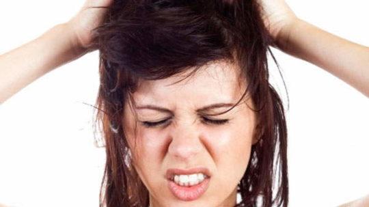 Lavare i capelli grassi