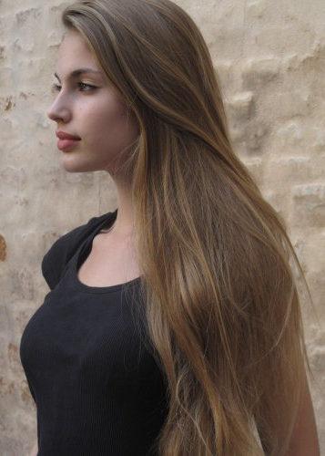 Riflessi chiari su capelli castani
