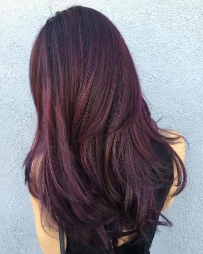 Riflessi rosa su capelli scuri