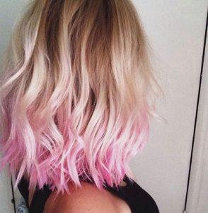 Capelli biondi punte rosa