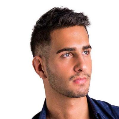 uomo capelli a spazzola