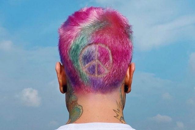 fedez con i capelli arcobaleno
