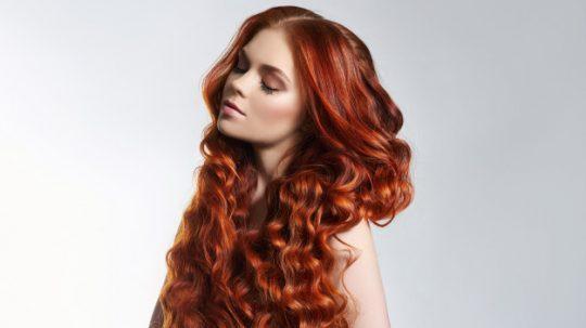 come colorare i capelli ricci a casa
