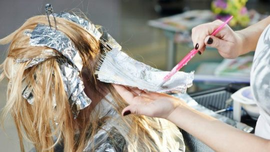 come decolorare i capelli senza distruggerli
